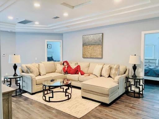 Lệ Quyên nằm nghỉ ngơi trên ghế sofa sang trọng trong căn biệt thự với nội thất triệu đô.