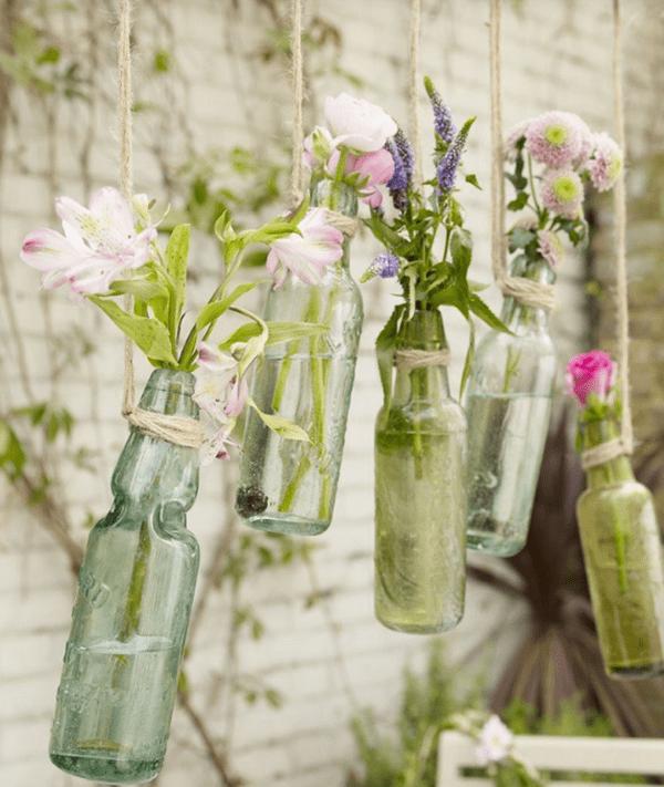 Lọ thủy tinh là 1 ý tưởng trang trí hoa tươi trên tường rất độc đáo