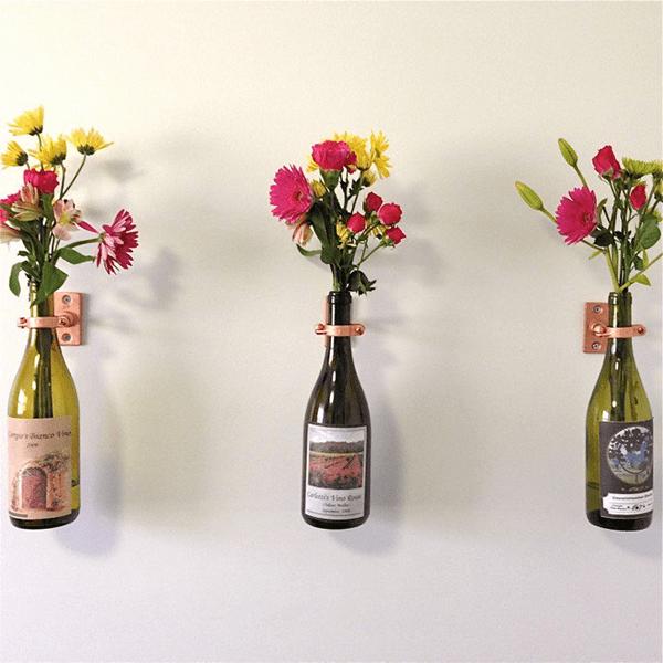 Chai rượu vang là 1 ý tưởng trang trí hoa tươi trên tường rất độc đáo