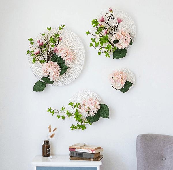 Ống hút là 1 ý tưởng trang trí hoa tươi trên tường rất độc đáo